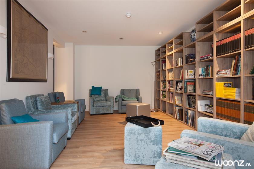 Huiskamer met bibliotheek