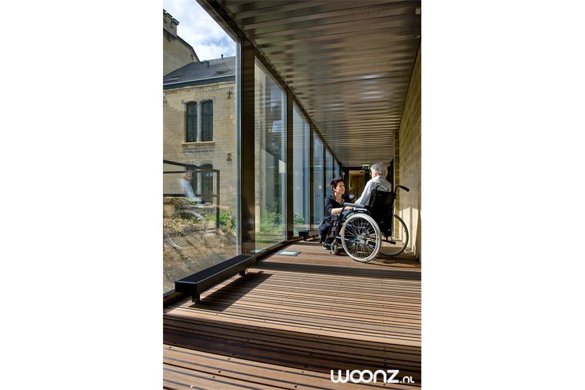 Domaine-Cauberg-gang-rolstoel-vrouw-verpleger