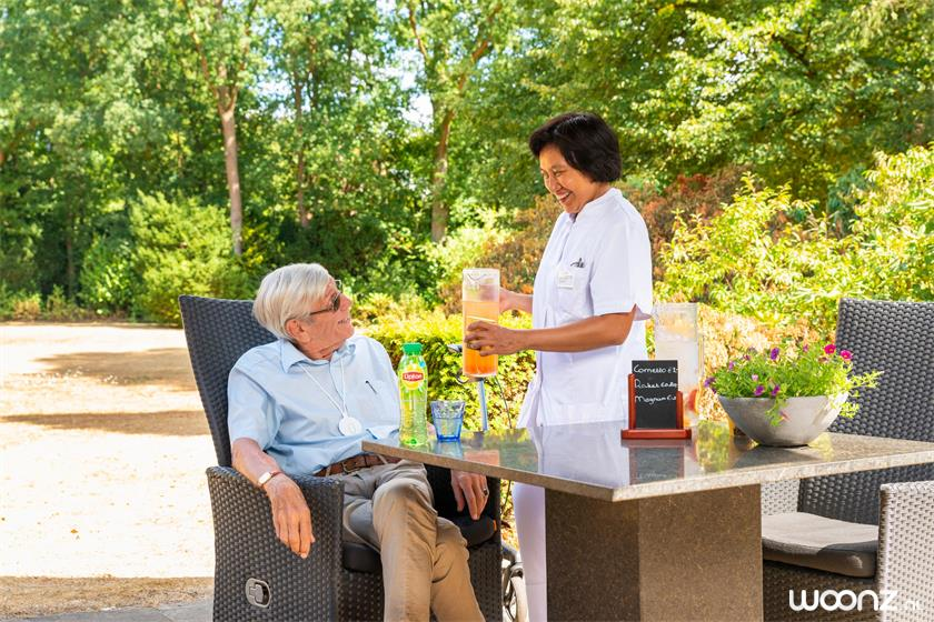 Villa-Overbosch-man-verpleger-tarras-zon
