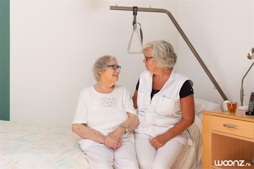 Villa-Overbosch-vrouw-hulp-revalidatie-bed